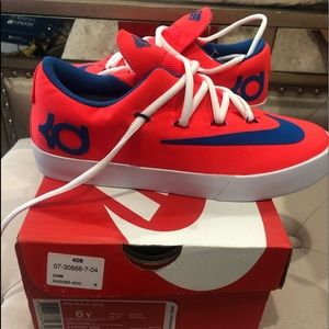Never wore Nike tennis shoes 6 Youth